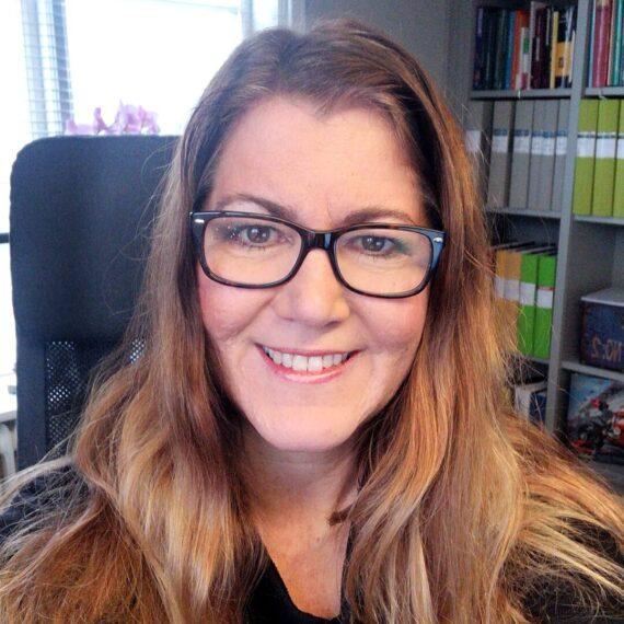 Kontorskvinna med svarta glasögon